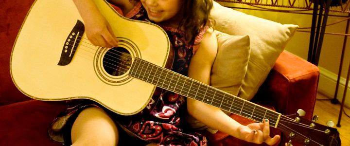 Per-stimolare-l'intelligenza-dei-vostri-figli,-via-il-tablet-e-date-loro-una-chitarra!